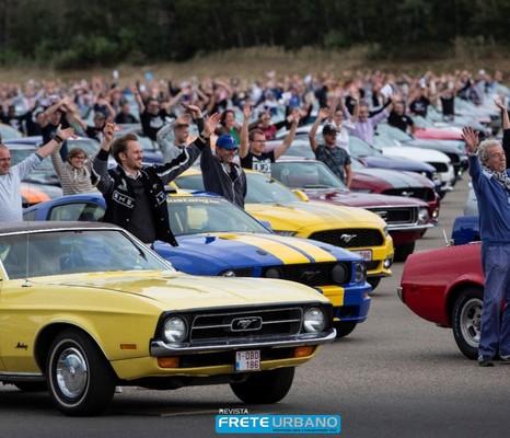 Ford registra novo recorde mundial com caravana de Mustangs