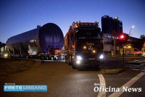 Caminhões Mercedes-Benz Actros transportam carga gigante